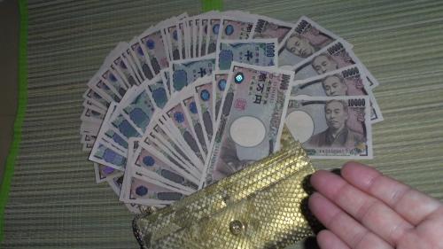 お金をどんどん飲み込んでいく財布
