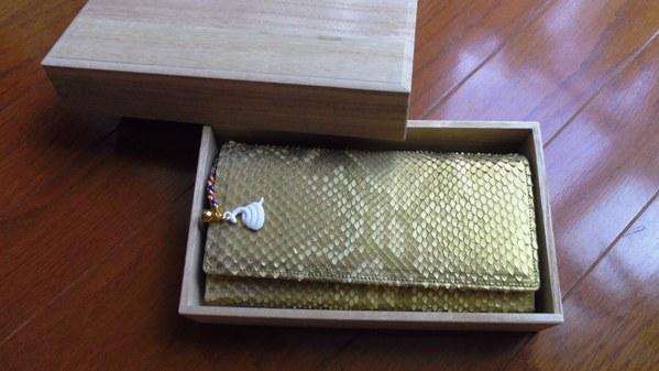 最強金蛇財布を買うと桐の箱に入って届く
